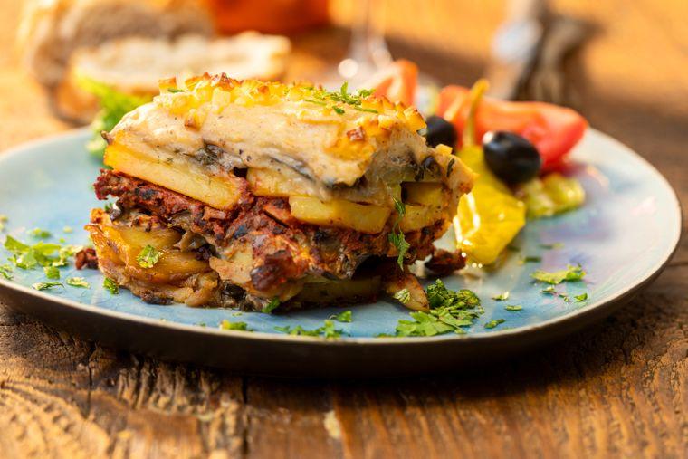 Griechischer Salat mit Moussaka.