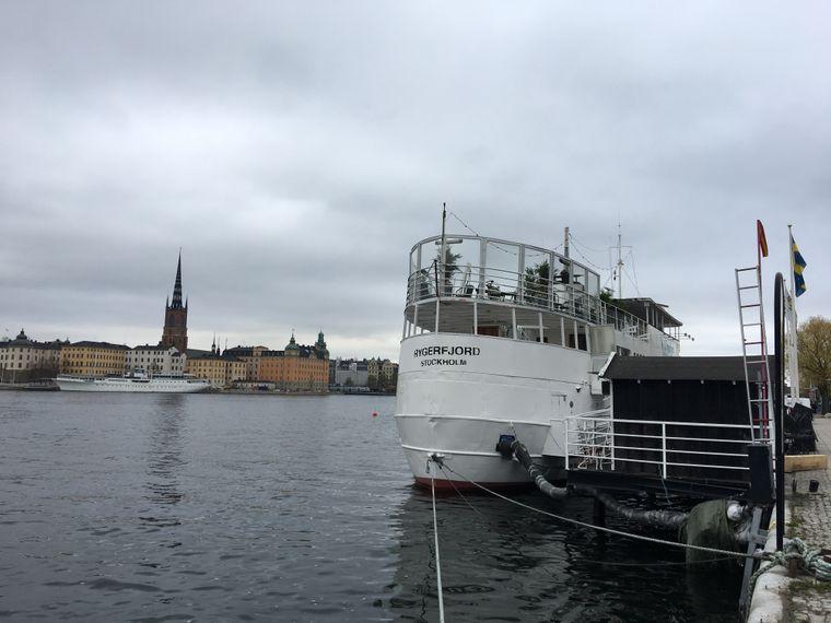 Vom Rygerfjord Hotel & Hostel blickst du über die Bucht Ridderfjärden Richtung Altstadt.
