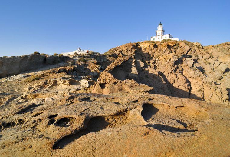 Der Leuchtturm von Akrotiri auf Santorin.