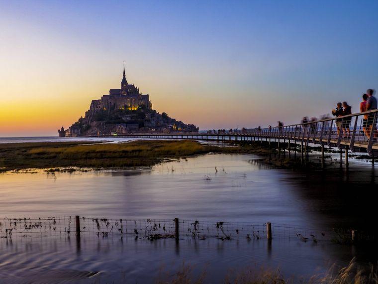 Die Burg in Mont Saint-Michel in der Normandie, Frankreich, in der Dämmerung.