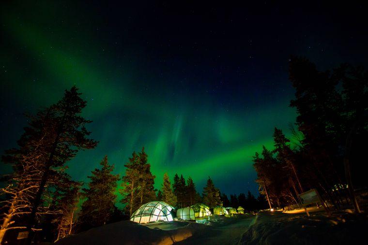 Aurora Borealis über dem Kakslauttanen-Iglu-Hotel.