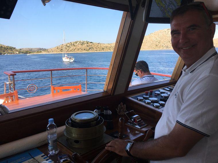 """Kapitän Silvio Vukovic manövriert die """"Vita"""" durch das Kornati-Inselparadies."""