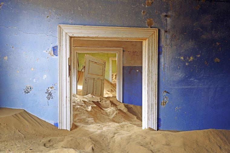 Die Böden der Häuser in der Geisterstadt Kolmannskuppe sind tief unterm Sand versteckt.