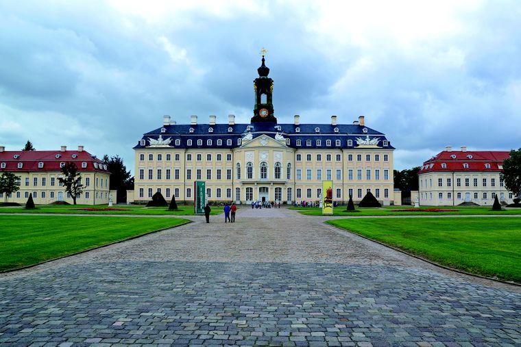 Eines der größten Landschlösser Europas: Schloss Hubertusburg in Wermsdorf. Hierhin kam der Dresdener Hof zur Jagd und zu ausschweifenden Festen. Sogar ein eigenes Opernhaus, riesige Pferdeställe und eine Orangerie gehörten zur Anlage.