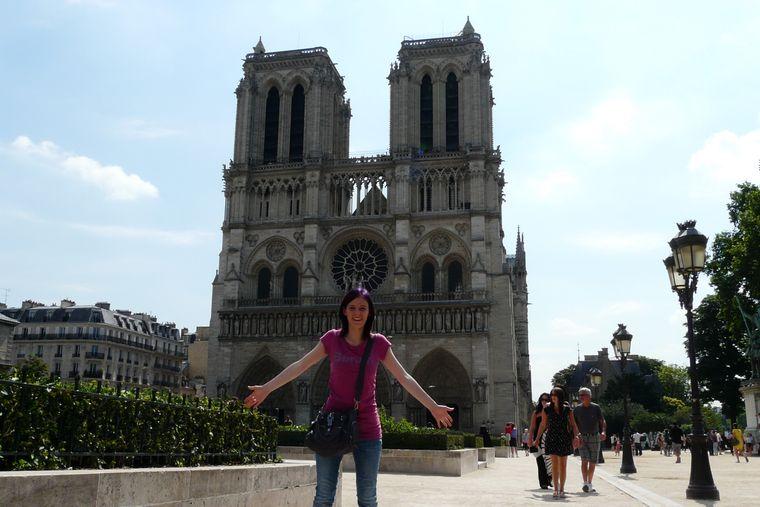 Rebecca Barth aus Mügeln hat sich vor Notre-Dame fotografieren lassen.