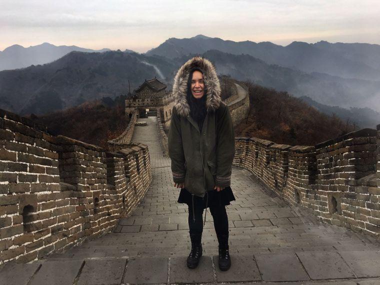 Nic auf der Chinesischen Mauer in der Nähe von Peking.
