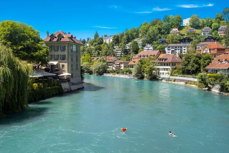 Wow, wie blau! Menschen schwimmen im Wasser der Aare in Bern.