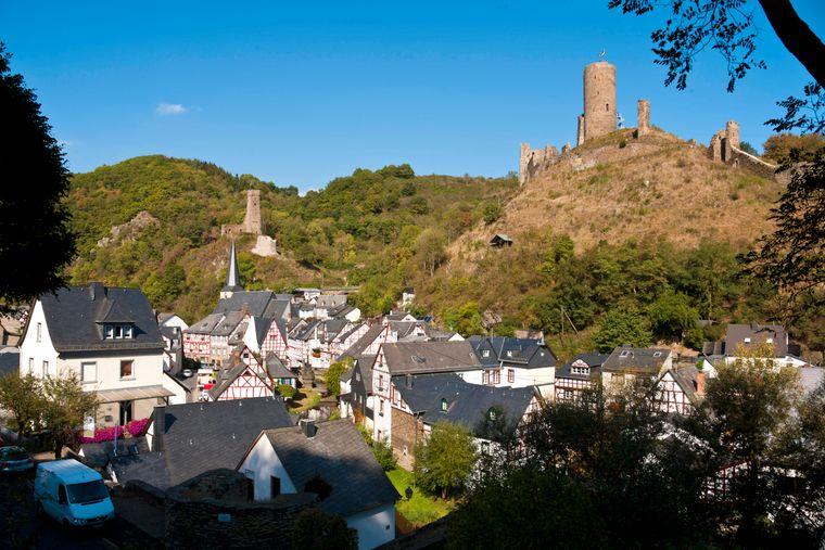 Die benachbarten Burgen Löwenburg und Philippsburg bei Monreal, Rheinland-Pfalz.