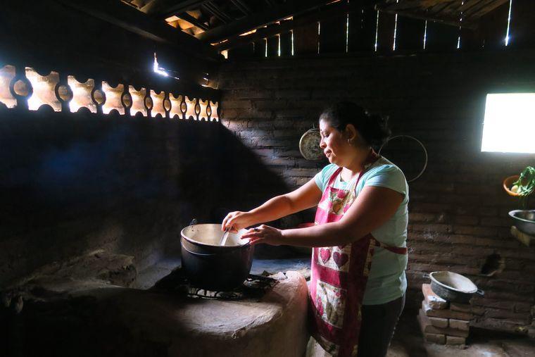 Carla in ihrer Küche im Dschungel-Dorf El Chile.