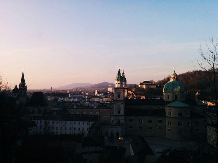 Die prächtige Altstadt mit Gebäuden aus dem Mittelalter und dem Barock sind ein echter Hingucker und erzählen von Salzburgs prunkvoller Vergangenheit.