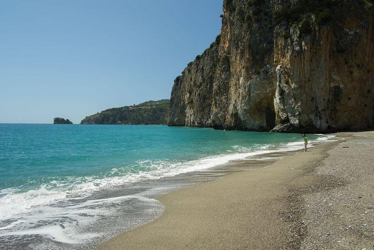 Ein menschenleerer Sandstrand mit smaragdgrünem Wasser befindet sich am Arco Naturale di Palinuro im Naturschutzgebiet Cilento, Palinuro.