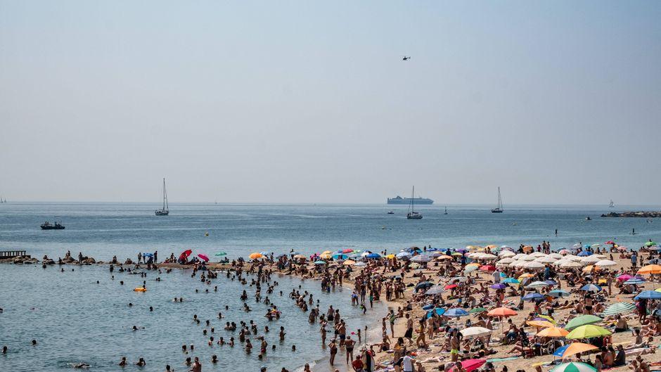 Überfüllter Badestrand in Barcelona, Spanien.