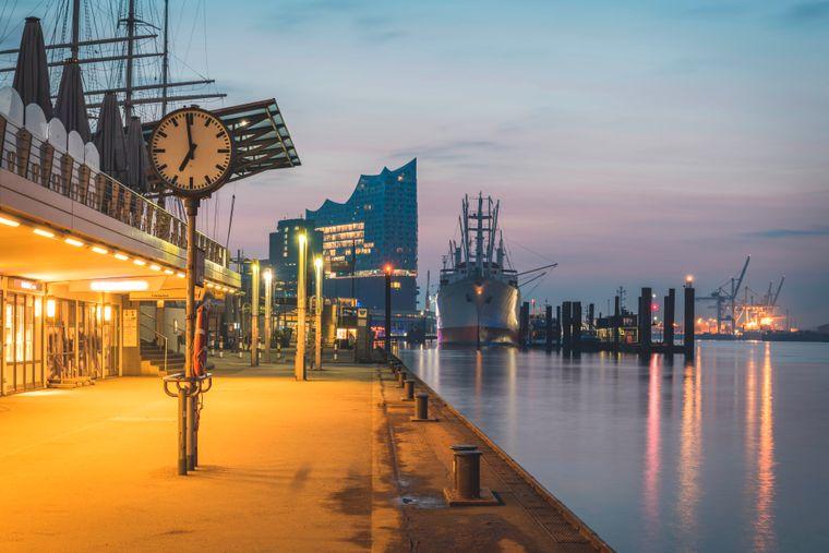 Uhr am Hamburger Hafen, im Hintergrund die Elbphilarmonie.