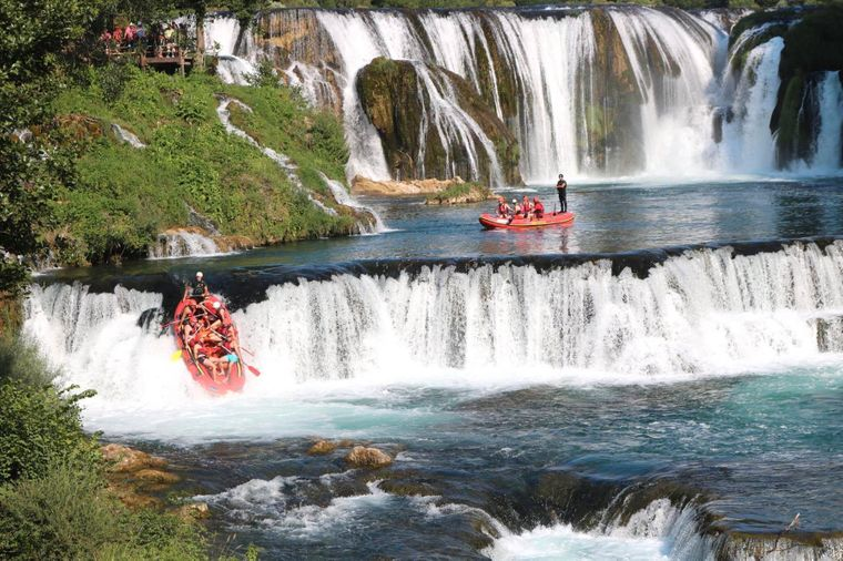 Wildwasser-Rafting am Wasserfall Strbacki buk in Bosnien