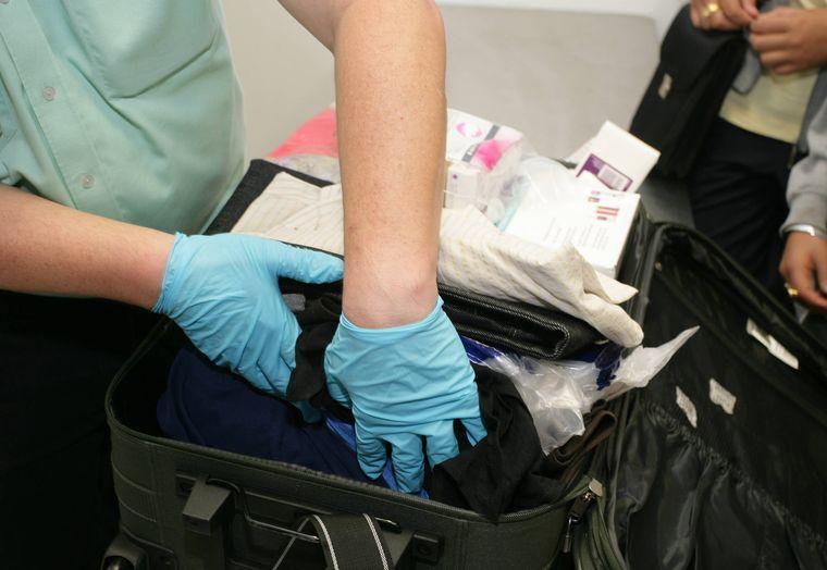 Gepäckkontrolle am Flughafen.