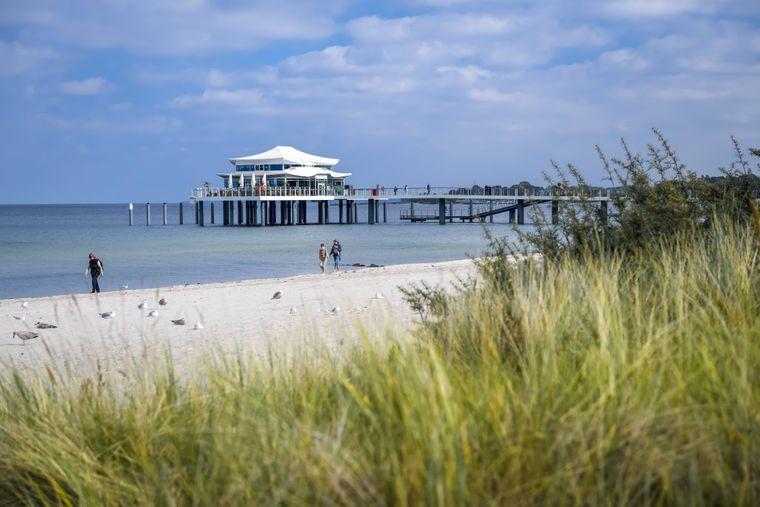 Die Seeschlösschenbrücke am Timmendorfer Strand ist ein beliebtes Ausflugsziel in der Lübecker Bucht.
