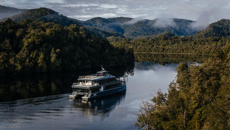"""Was für ein Naturschauspiel: Während die """"Spirit of the Wild"""" beinahe geräuschlos über den Gordon River gleitet, spiegeln sich die Bäume und Sträucher in der glatten Wasseroberfläche und lassen die Grenzen zwischen Himmel und Erde verschwimmen."""
