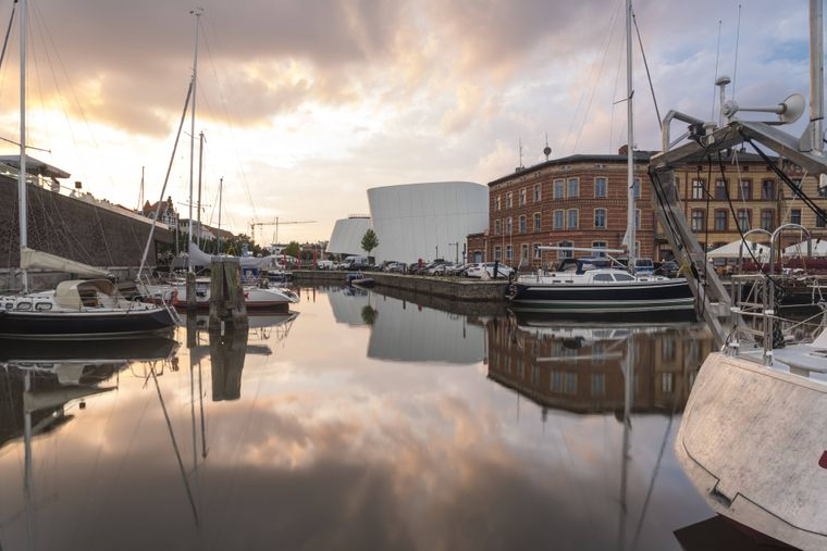 Blick auf die Kron-Lastadie, Segelboote und das Ozeaneum in Stralsund