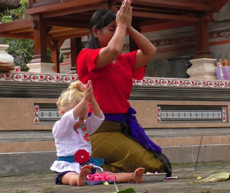 Leni nimmt an einer Zeremonie im Tempel in Ubud teil.