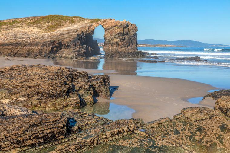 Los arcos rocosos de la Playa de los Catarals atraen a muchos viajeros.  Quieres la instantánea perfecta de las vacaciones.