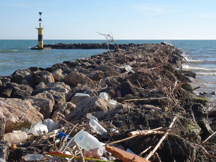 Dieser Plastikmüll aus Palma gelangte bei Regen über den Fluss Torrente Gros ins Meer.
