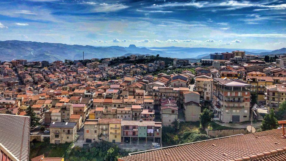 Die Stadt Cammarata schmiegt sich in die Hügel auf Sizilien.
