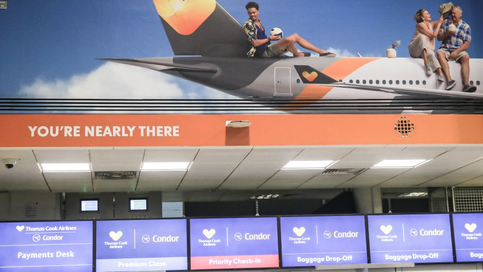 Ein großes Poster wirbt für Thomas Cook am Flughafen Gatwick.