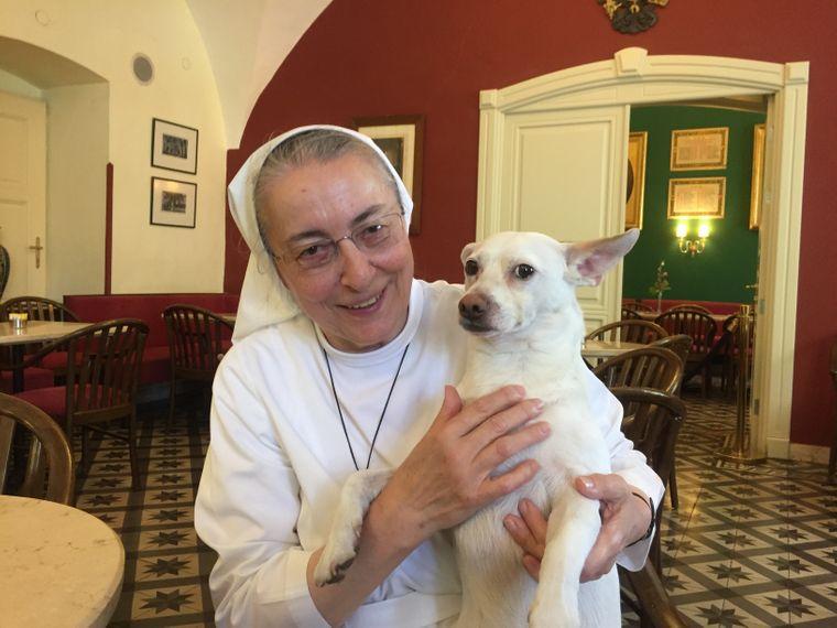 Schwester Bernadette (68) und ihr Findelhund aus Jerusalem.