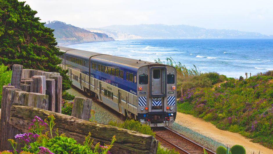 Ein Zug von Amtrak fährt an der Küste bei San Diego, USA.