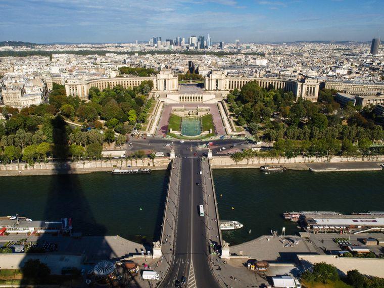 Blick vom 324 Meter hohen Eiffelturm über Paris.