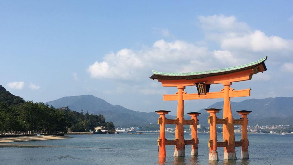 Das rote hölzerne Tor am Itsukushima-Schrein ist Unesco-Weltkulturerbe.
