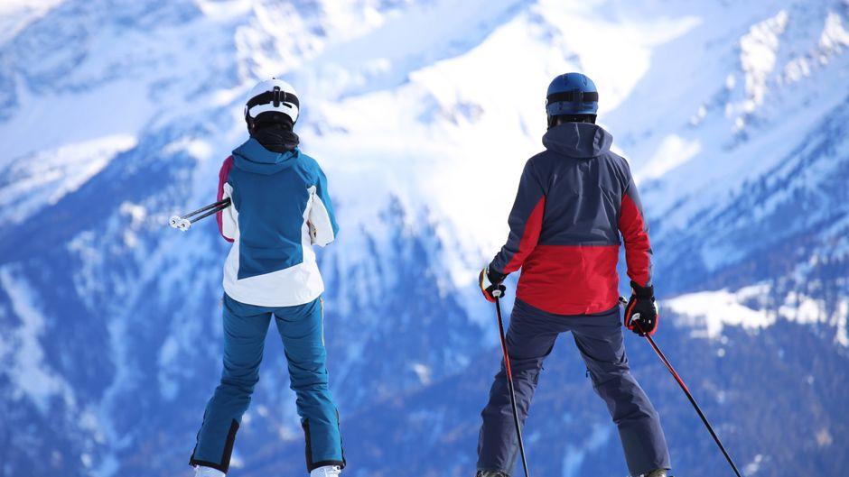 Skifahrer genießen die Aussicht.