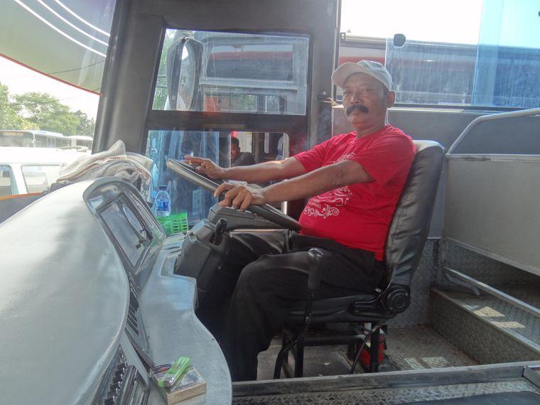 Immer entspannt, mit Zigarette in der Hand: Busfahrer Ujang aus Sukabumi.
