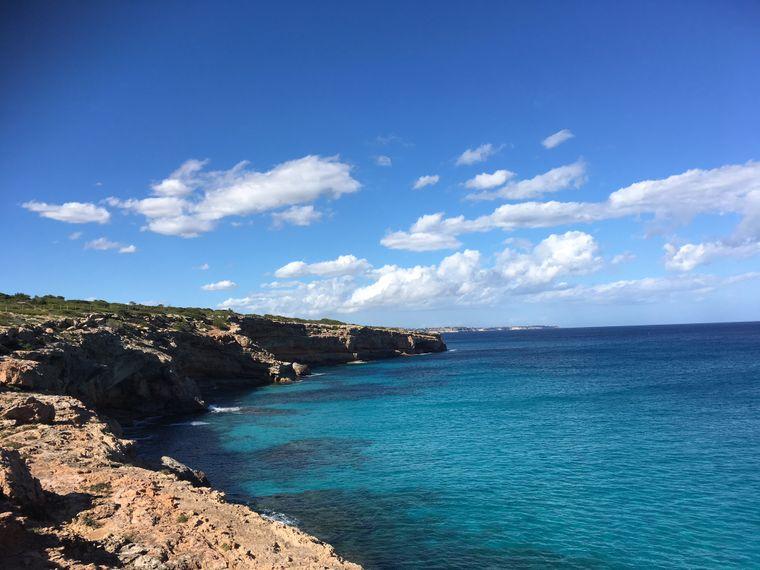 Unterwegs am Cap de ses Salines: Zwischen Steilküste und Naturschutzgebiet gibt es einen kleinen Weg zum wandern.