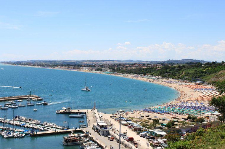 So schön ist die Aussicht auf die Küste von Numana an der Riviera del Conero.