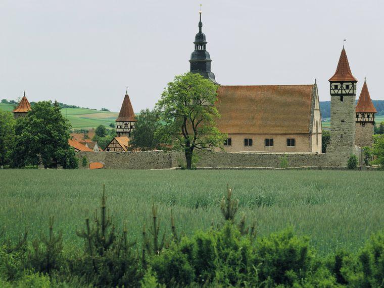 Das urige Streutal mit der Kirchenburg Sankt Michael.