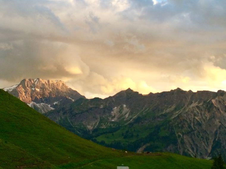 Ein Schnappschussmoment: Sobald die Sonne untergeht, gibt es ein grandioses Farbspiel über den Bergen.