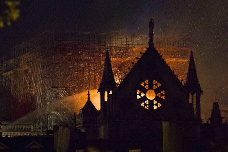 Große Teile von Notre-Dame sind zerstört.