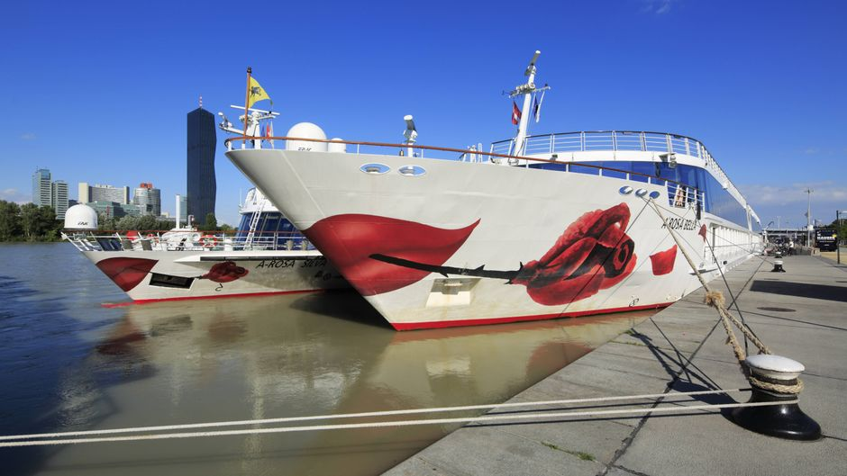 Flusskreuzfahrtschiffe der A-Rosa an der Anlegestelle Donau-Handelskai in Wien, Österreich.