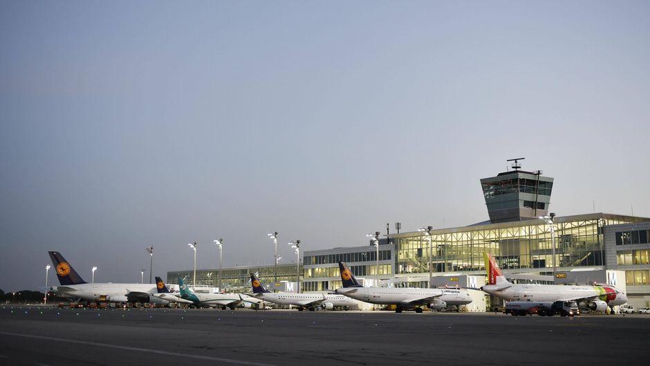 Verschiedene Airlines bieten Corona-Versicherungen an. Einige davon sind sogar kostenlos. (Symbolbild)