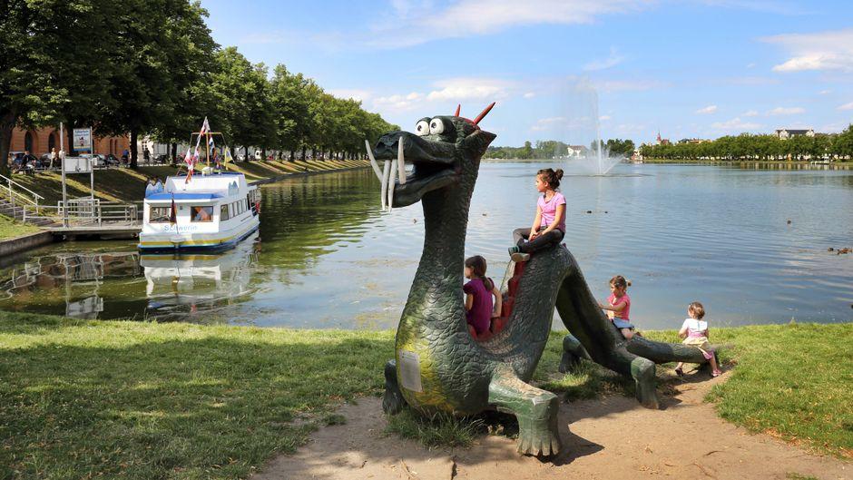 Unterwegs mit Kindern in Schwerin: Hier sind die besten Tipps, damit die ganze Familie Spaß hat. Drachenreiten am Schweriner Pfaffenteich können wir auch empfehlen!