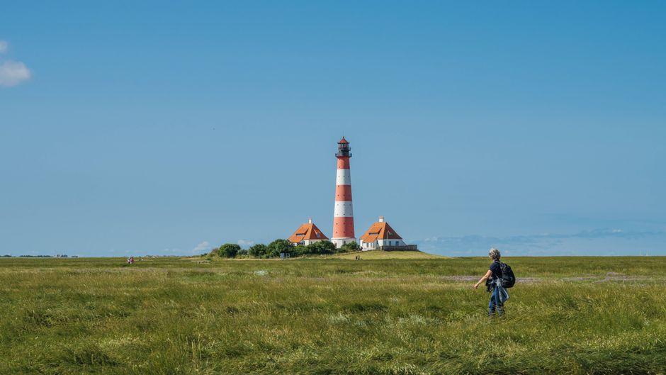 Spaziergang am Leuchtturm Westerhever in Schleswig-Holstein.
