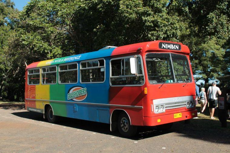Mit dem knallbunten Bus geht es von Byron Bay nach Nimbin.