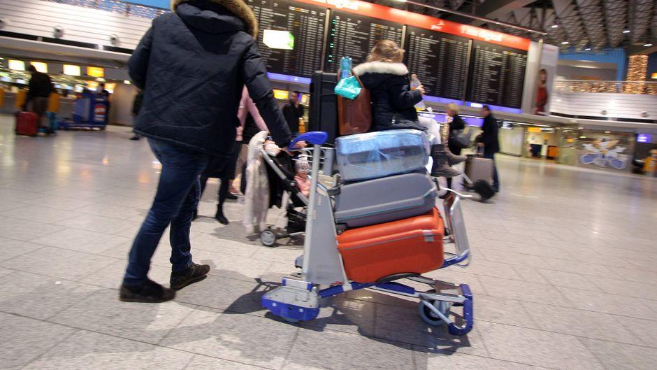 Viele Passagiere werden am Flughafen Frankfurt am Main am Dienstag wohl Geduld haben müssen. (Symbolfoto)