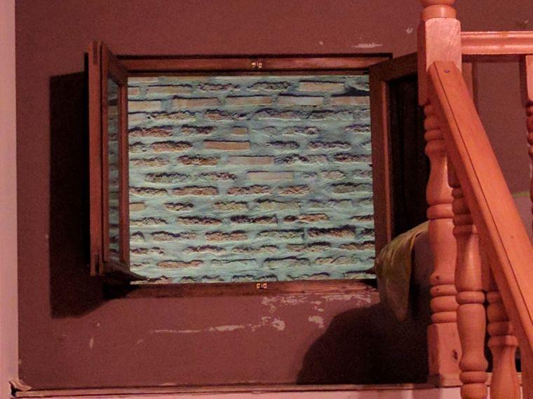 Fenster zur Wand.