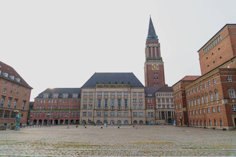 Der 106 Meter hohe Rathausturm bestimmt das Stadtbild der Landeshauptstadt Kiel. Er ähnelt seinem Vorbild: dem Markusturm in Venedig.