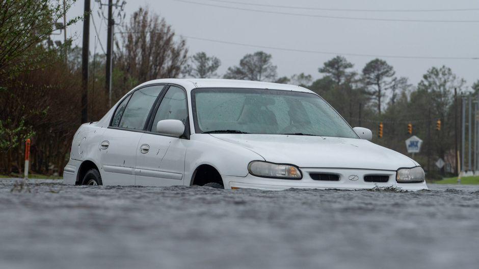 Ein Auto steht auf einer überschwemmten Straße in Wilmington in North Carolina.
