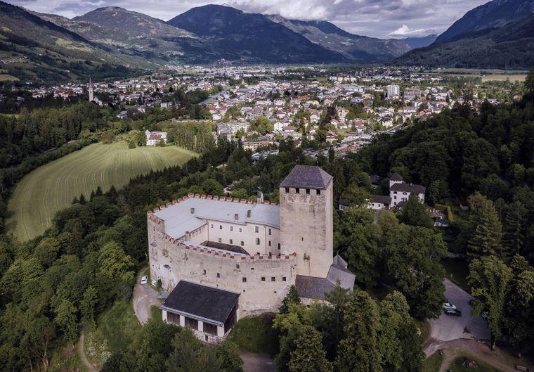 Schloss Bruck am Hochstein war der Wohnsitz der Grafen von Goerz von etwa 1278 bis zum Jahr 1500. Seit dem Jahr 1943 dient es als Museum.