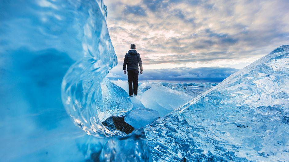 Ein Mann steht auf einem Eisberg am Strand von Jökulsárlón. Wie gefährlich das werden kann, zeigt der Facebook-Post eines Touristenführers.