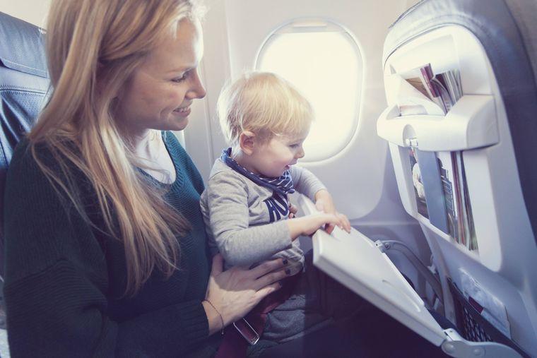 Eine Mutter mit ihrem kleinen Sohn im Flugzeug.